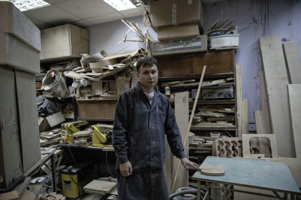 Миша стоит в мастерской Артели Блаженных